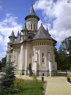 Church in Vatra Dornei, SV - Romania Church Architecture, Beautiful Architecture, Romanian Castles, Bucharest Romania, Chapelle, Place Of Worship, Kirchen, Eastern Europe, Places To Go