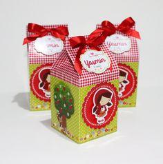 Linda Caixa Milk com lacinho e lindo com apliques da chapeuzinho vermelho.  Ela tem fácil abertura na parte inferior.  Impressa em alta definição no papel glossy 240g