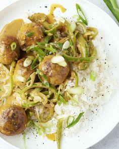 """In Thailand ga je niet snel een curry vinden met gehaktballetjes in, maar dat noemen we dan: """"the best of both worlds"""". Een originele curry met lekker sappige kippengehaktballetjes en rijst. Heel gemakkelijk om klaar te maken en toch een pittig smaakbommetje. Hoera voor de wereldkeuken! I Want Food, Feel Good Food, Wok, Asian Recipes, Healthy Recipes, Lemon Kitchen, Happy Foods, Kitchen Recipes, Food Inspiration"""