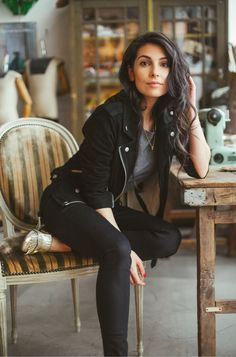 Black jacket over gray tee with black jeans. Photoshoot Inspiration, Style Inspiration, Fall Outfits, Cute Outfits, Girl Fashion, Fashion Outfits, Grown Women, Skinny Fit, Style Guides