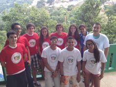 As crianças que moram na Rocinha podem contar com a ajuda dos alunos do ensino médio da Escola Americana do Rio de Janeiro (EARJ) para aprenderem inglês. Os estudantes criaram o projeto Rocinha After School Activities (Rasa), e dão aulas gratuitas para os moradores da comunidade vizinha à escola.