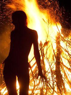 """Un po' di storia La radice """"bel"""" significa brillante, e si ritrova nei nomi di Belisama e Belenus: gli antichi Dei celtici della luce, del fuoco e della guarigione. Beltane infa…"""