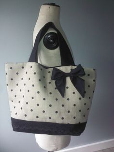 Classic colors and the perfect bow! ~ sac cabas en toile de lin a pois noirs et gros noeud Fabric Purses, Fabric Bags, Sac Week End, Diy Sac, How To Make Purses, Bow Bag, Couture Sewing, Diy Couture, Diy Handbag