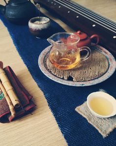 Gongfu cha with tea boat on a handwoven blue twill linen and cotton table cloth made on the rigid heddle.