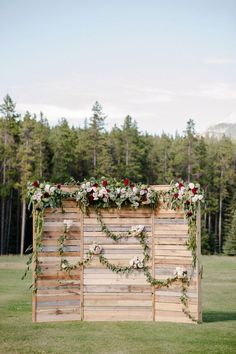 This pallet wedding ceremony backdrop is to die for! I love the creative wedding ceremony decor idea. It would be easy for a DIY wedding! Rustic Wedding Backdrops, Wedding Reception Backdrop, Pallet Wedding, Wedding Photo Booth, Ceremony Backdrop, Wedding Decorations, Wedding Rustic, Wedding Country, Wedding Ceremony