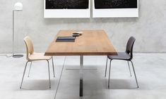 Tavolo di design Cubric in legno, acciaio e cristallo Il nuovo tavolo di design Cubric nasce da una concezione diversa del design classico. I due piedi, uno in acciaio e l'altro in cristallo, conferiscono una visione prospettica ed elegante del living o dello studio.