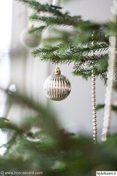 Olemme viettäneet viimeiset neljä vuotta joulun ulkomailla. Tänä vuonna vietämme joulua ensimmäistä kertaa omassa talossamme. Kotimme koristautui jouluun hyvin hillitysti. Tunnelmaa tuovat valot sekä kukkaset ja tietysti joulukuusi.. . Ruukku sai ympärilleen rusetin.. . Halusin pitää jouluilmeen ...