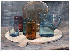 Coup de coeur pour ce superbe ensemble en verre recyclé très épais, fait à la main et teinté d'un magnifique bleu. Ces jolis verres et cette belle carafe s'utilisent au quotidien, à n'importe quel moment de la journée, et peuvent s'assortir à tous les styles de service de table, sobre ou plus classique. On adore leur authenticité puisque chaque pièce est unique ! ::::: Verre 'Smoke Blue' à 9€ & Carafe 'Smoke Blue' à 25€