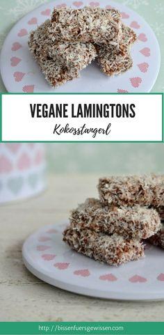 Vegane Kokosstangerl, auch bekannt als Lamingtons. Veganes Biskuitstangen in Schokolade und Kokosraspeln gewälzt - unheimlich lecker und sehr einfach zu machen. Veganes Weihnachtsrezept #vegan #weihnachtsrezept #veganbacken #Weihnachtskekse