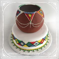 African Pot Wedding Cake #africanpotweddingcake Beaded Wedding Cake, Wedding Cake Roses, Amazing Wedding Cakes, Unique Wedding Cakes, Wedding Ideas, African Traditional Wedding Dress, Traditional Wedding Decor, Traditional Cakes, African Wedding Cakes