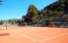 Nuestra pista de tenis, al pie de la montaña.     #Mallorca (Balearic Islands, Spain). Enjoy your stay in #Mallorca in our charming hotel, a typical Catalonian country house, at the foot of the Puig de Randa. http://www.esrecoderanda.com/