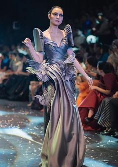 """muchymozzarella: """" Cary Santiago - TernoCon 2018 """" In the Philippines, """"terno"""" refers to a woman's ensemble that consists of matching colors/patterns. … By the late the terno's meaning and. Beautiful Dresses, Nice Dresses, Formal Dresses, Wedding Dresses, Modern Filipiniana Gown, Michel Fugain, Fashion Models, High Fashion, Runway Fashion"""