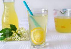 Sirop de soc - reteta video Pint Glass, Glass Of Milk, Smoothie, Hurricane Glass, Beer, Drinks, Tableware, Pies, Syrup