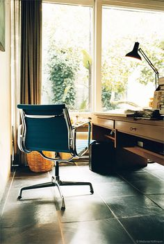 With or without castors? Eames Aluminium Chair