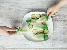 DIY-Anleitung: Gin-Eis mit Gurkenscheiben und Limettensaft zubereiten via DaWanda.com
