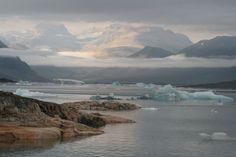 CLARO-OSCURO Está hecha desde la primera playa donde recalamos a dormir y pasar la noche . Se domina la cordillera y parte de la planicie donde si sitúa el pueblo de Narsaq desde donde salimos ese mismo día. La aventura comenzaba...www.tierraspolares.es #Groenlandia