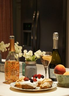 #CaposaldoWine is the perfect pairing for your book club! Check out how @erinschrader styled it for a book club/girls night in gathering.