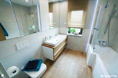 Łazienka z oknem w naturalnych barwach. - zdjęcie od Kwadraton - Łazienka - Styl…