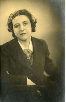 Anita Conti- (1899-1997)- Ormianka z Francji - podróżnik, badacz,fitigraf.Pierwsza zwróciła uwagę świata na złe skutki globalne eksploatacji zasobów wodnych. Liczne wykłady na całym świecie. Pierwsza kobieta profesjonalny fotograf. (née Caracotchian) Armenian People, Vintage Photography, Vintage Photos, Strong, Scientists, Lady, Fictional Characters, Armenia, Fantasy Characters