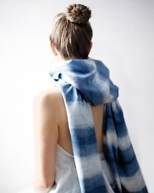 I feel that this post from Martha Stewart represents the variations in difficulty of shibori techniques. The scarf pictured is dyed by accordion folding a scarf, which, while technically shibori, is an extremely simplified version. Tye Dye, Tye And Dye, Dip Dye T Shirts, Tee Shirts, Diy Videos, Martha Stewart, Diy Holiday Gifts, Handmade Scarves, Japanese Textiles
