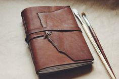 Diy Leather Projects, Leather Diy Crafts, Leather Craft, Diy Notebook, Handmade Notebook, Leather Notebook, Leather Journal, Leather Wallet, Leather Bag