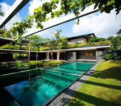 Tropical courtyard house with an identical parti to the Sun House designed by Guz Architects situated in Singapore. Architecture Durable, Architecture Design, Sustainable Architecture, Modern Courtyard, Courtyard House, Casa Dos Hobbits, Dream Home Design, House Design, Interior Tropical