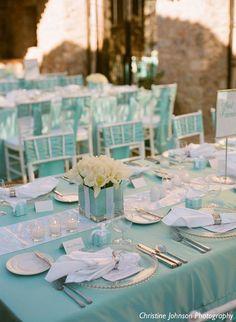 ティファニーブルーの装飾で、会場全体に爽やかな雰囲気に。テーブル上のティファニーボックスにはプチギフトを沿えて。