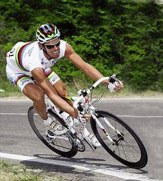 Mario #Cipollini en maillot arc-en-ciel en 2003 après sa victoire aux mondiaux de 2002 (Google.ca)