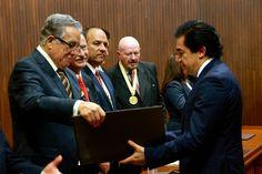 el Lic. Amador Toca recibiendo su reconocimiento del Dr. Pascual Lopez