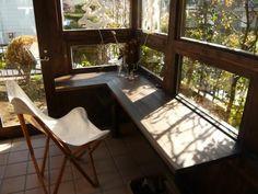 窓際にはカウンターテーブルを設置