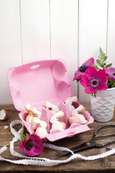 Zwei Rezepte für Ostergebäck: Möhren-Kokos-Cupcakes mit weißer Schokoladencreme und Keks-Häschen mit Fondantüberzug.