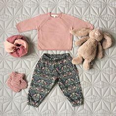 Søde små libertybukser fra Christina Rohde Den små bukser har fine detaljer med søde lommer og perlemorsknapper ved anklerne. Libertybukser er de perfekte sommerbukser til baby og tumling. De er lette og luftige, og samtidig skærmer de babys hud mod solen☀️