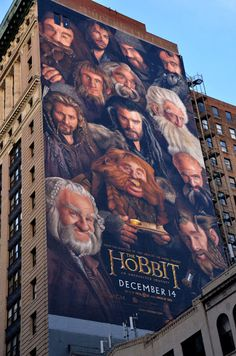 Impressive 45 meter mural of The Hobbit.   Dan Cohen, Van Hecht-Nielsen, Eddie Garcia and David Osborne, components of the Art Fx Team, have painted this awesome mural of 45 meters from the movie poster at 315 Park Avenue South, in New York.