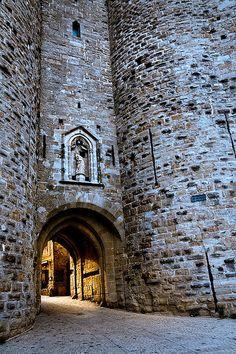 Une entrée de la cité médiéval de Carcassonne en France. Traditionnelle, typique et envoûtante la cité saura vous séduire. #Carcassonne #france