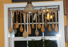 36 Primitive Country Decor Crafts For Your Home - Mobile Home Living- Wooden spoon window hanging – DIY craft ideas for country decor Primitive Homes, Primitive Kitchen, Primitive Crafts, Country Kitchen, Country Homes, Country Style, Primitive Country Decorating, Primitive Decorations, Colonial Kitchen