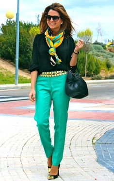 Love the beautiful colors of the pants and scarf with the black blouse. Fashion Mode, Fashion Over 50, Look Fashion, Autumn Fashion, Fashion Outfits, Mode Style, 50 Style, Style Blog, Casual Elegance
