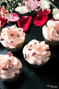 """Valentine's day is almost here, and we want you to celebrate with your loved one with this """"Rose Flavored Valentine's Cupcake"""". Yeah! ROSES FLAVORED! Romantic, tasty.. Make your night! // El día de San Valentín casi ha llegado, y queremos que lo celebres con tu pareja con este """"Cupcake con Sabor a Rosas de San Valentín"""". Sí, ¡CON SABOR A ROSAS! Sabrosos y románticos, triunfo para esa noche especial."""