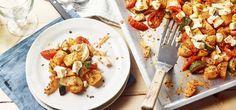 Mediterrane Kartoffeln vom Blech mit Zucchini, Tomaten, Zwiebeln und Fetakäse bringen den Sommer zu dir nach Hause auf den Tisch. Dieses leichte Rezept lässt sich gut vorbereiten und eignet sich auch für mehrere Personen. Zucchini, Maggi, Cauliflower, Shrimp, Chicken, Meat, Vegetables, Food, Recipes With Feta