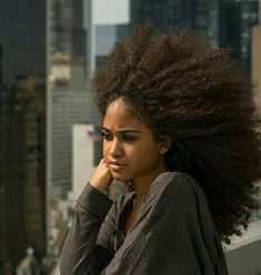 This Daily routine for natural hair growth will help you improve your natural hair routine for growth by practicing this easy daily tips and tricks! Build your hair regimen especially if your hair is. Pelo Natural, Long Natural Hair, Natural Beauty, Afro Hairstyles, Black Women Hairstyles, Curly Hair Styles, Natural Hair Styles, Long Hair Tips, Glossy Hair