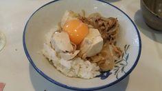 不味そう飯: 豚すき焼き丼。生卵をかけた。もちろんふつうにうまい。昨夜の残り物。豆腐が残ってると雰囲気が出てうまい...