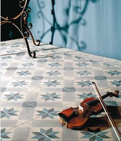 Cementi / Novecento (det 20'ende århundre) er historiske fliser inspirert av de klassiske mønstrene man finner på fliser eller sementfliser brukt i trappeop