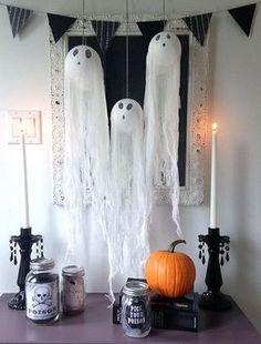 Simple DIY for Halloween Hanging Ghosts - Room Decoration Spooky Halloween, Halloween Geist, Fairy Halloween Costumes, Easy Halloween Decorations, Easy Halloween Crafts, Halloween Birthday, Outdoor Halloween, Halloween Party Decor, Homemade Halloween