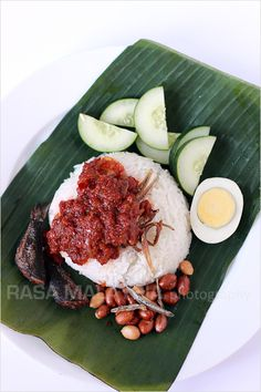 Nasi lemak - Malaysian coconut milk rice, served with sambal, fried crispy anchovies, toasted peanuts and cucumber. This is the best and most authentic nasi lemak recipe! Coconut Milk Rice, Cooking With Coconut Milk, Malaysian Cuisine, Malaysian Food, Malaysian Recipes, Malay Food, Singapore Food, Singapore Malaysia, Indonesian Food