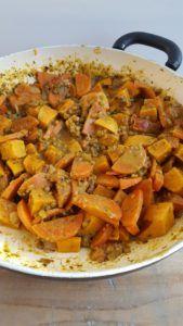 Soms weet je gewoon geen pakkende naam voor je recept te bedenken. Want soms is het gewoon wat het is, een linzencurry stoofpotje met wortel, tomaat en zoete aardappel. Een stoofpotje is ideaal om je koelkast leeg te maken. - GezondGezin Ratatouille, Sweet Potato, Potatoes, Vegetables, Ethnic Recipes, Food, Tomatoes, Potato, Essen