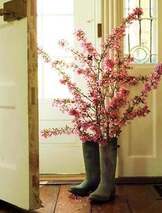 think I'll do something like this with Kelsey's cowboy boots for her Senior table. :)