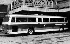 ① 744-5915 名古屋駅にて昭和41年1月5日撮影 名神高速路線も開通当初は瀬戸方面に向かう路線に比べてマイナーな存在だったようで、まだ屋根上の乗...