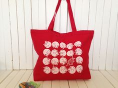 Etsy のScreen Printed Heavy Canvas Tote bag - Jumbo Red Tote - Market Tote Bag - Eco Friendly Reusable Grocery bag - Hawaii Illustration cat & fish(ショップ名:artminacafe)