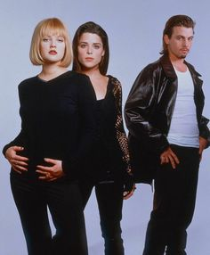 Drew Barrymore, Neve Campbell and Skeet Ulrich for Scream (1996) Scream Cast, Neve Campbell, Skeet Ulrich, 90s Icons, Drew Barrymore, Amazing Women, Nostalgia, It Cast, Couple Photos