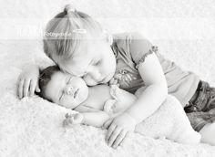 Neugeborenenfotografie Babyfotograf Geschwister-Fotografie Neugeborenes mit Schwester Newborn                                                                                                                                                     Mehr
