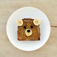 """Bruine boterham beleggen met honing of sesampasta. Versieren met rozijntjes en bananenplakjes. samen zingen: 'Ik zag 2 beren....""""."""
